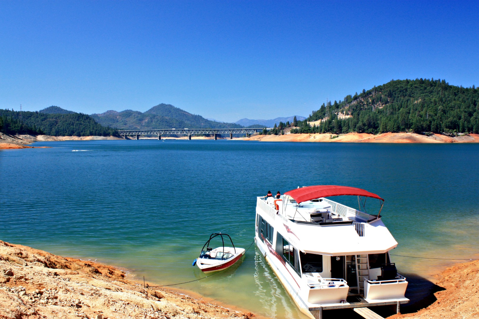 house boat on lake shasta